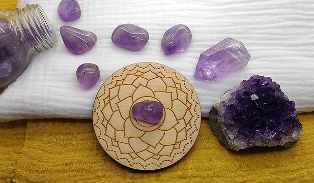Les pierres du chakra coronal (couronne) en lithothérapie et énergétique. Améthyste et chakra couronne.