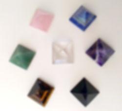 pyramide pierres et cristaux énergétique et ésotérique pour lithothérapie, onde de forme, géométrie sacrée.