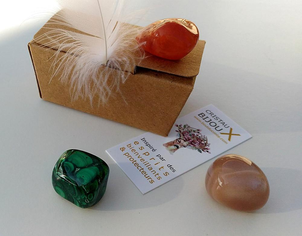 Malachite, pierre de lune, cornaline, 3 pierres polies pour se reconnecter aux énergies féminines.