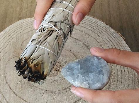 Mode de purification des pierres et des cristaux : purification eau, sel, purification sauge blanche, purification palo santo, encens.