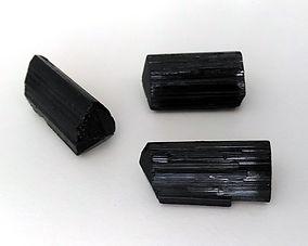 Vertus et propriétés de la tourmaline noire en lithothérapie, méthode holistique par les pierres.