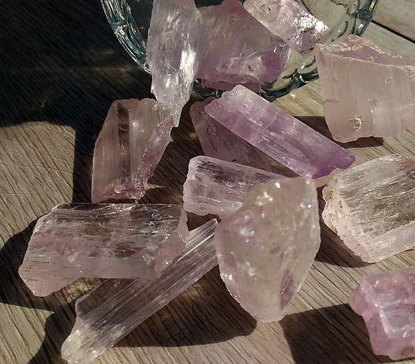kunzite vertus et propriétés en lithothérapie. Kunzite pierre du chakra du coeur.