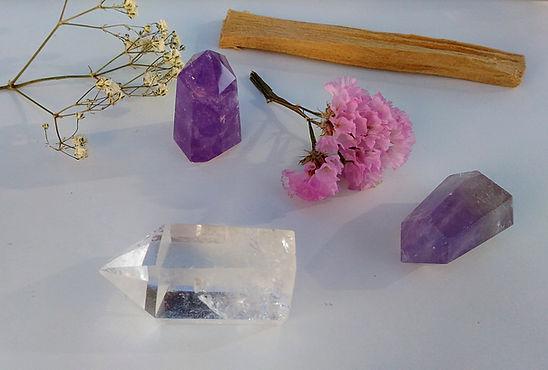 Les pierres du chakra coronal (couronne) en lithothérapie et énergétique. Améthyste et cristal de roche.