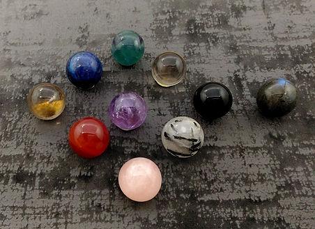 Vente en ligne pierres brutes et polies, pointes, sphères, cristaux pour lithothérapie. Boutique en ligne bijoux pierres semi-précieuses. Esprit bohème et minimaliste.