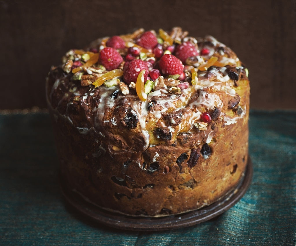 Know the History of your Favorite Christmas Cakes: Journey from a Simple Bread to a Delicacy!