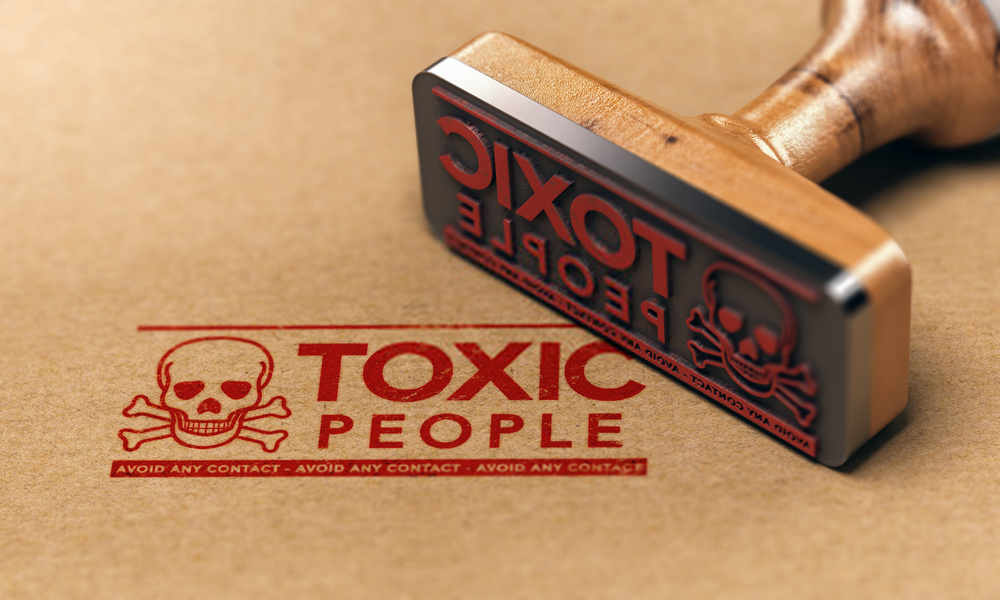 6 Creepy Symptoms to Recognize Toxic People You Should Keep Distance in Life