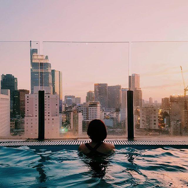 sunset dari rooftop pool Bay Hotel Ho chi Minh
