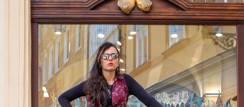 Carolina com seu equipamento de rua em Praga, agosto 2019 by Paty Tessmann