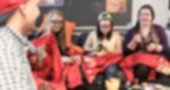 Kuvassa opiskelijat ompelevat haalarimerkkejä