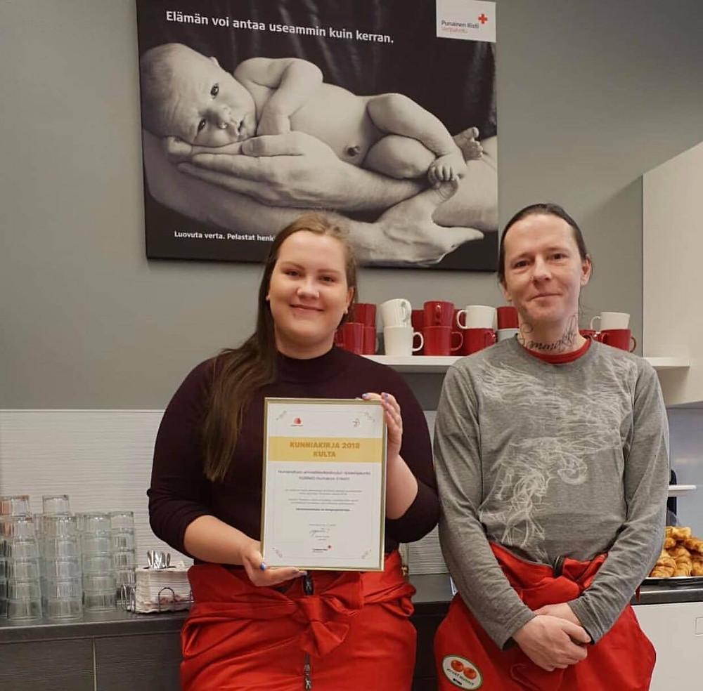 Salla ja Sami vastaanottivat Veripalvelun Kultaisen Kunniakirjan.