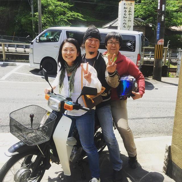 Instagram - 本日のバイカーなお客様!  #ヨシムラ製スーパーチューンな カブに3ケツのガッツあるお客様!  #ツーリング #大谷茶屋 #カブ #ホン