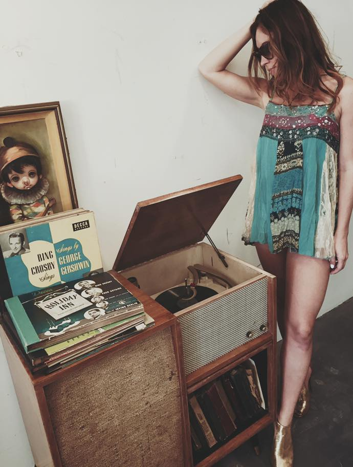 sonya stand over record player