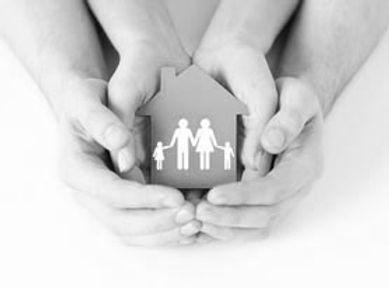 photo de deux paires de mains, un enfant, un adulte qui soutiennent ensemble une petite maison