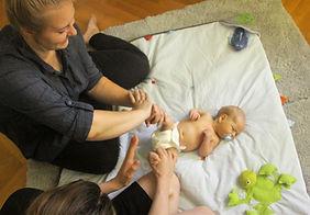 Hebamme Theresa Dankert kümmert sich um das Baby. Foto: Melissa Luisan