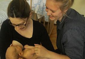 Mutter und Hebamme Theresa Dankert kümmern sich um das Neugeborene. Foto: Melissa Luisan