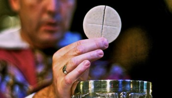 web3-eucharist-host-communion-priest-han