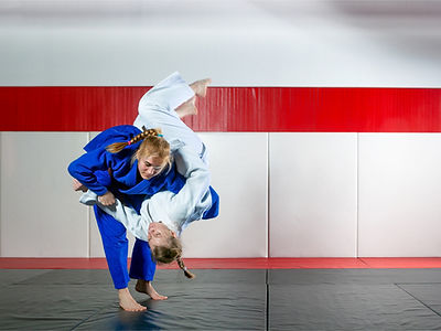 two-women-fight-judo-on-tatami-picture-i