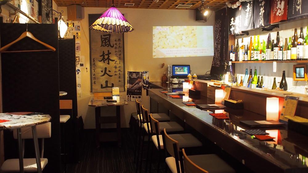 佐世保日本酒バー店内全貌、カウンター席