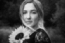 Fotoshooting Lübeck, Mädchen mit Sonnenblume, schwarz-weiß