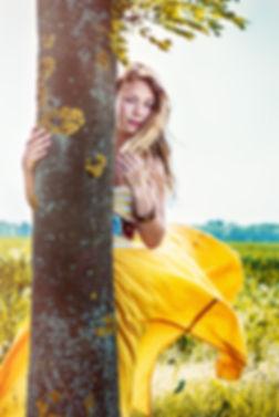 Fotoshooting auf einer Wiese, gelbes Kleid im Wind