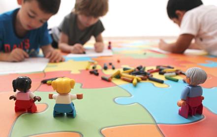 Crear entornos educativos donde los niños puedan aprender jugando