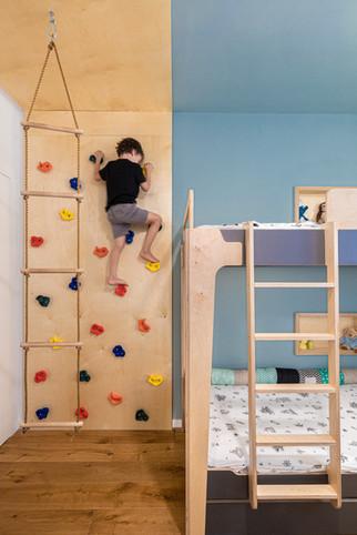 קיר טיפוס בחדר ילדים