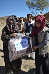 منى تنفذ مشروع بطانيات في إحدى قرى مديرية خولان شرق صنعاء