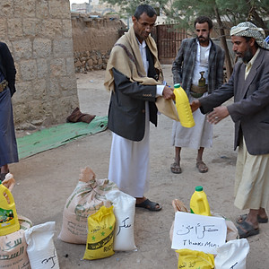 Distributing 85 food baskets to IDPs in Amran for the 2nd time