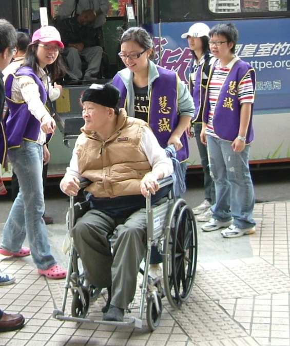 Student volunteers bringing out the elderly for an excursion³­ªøªÌ¥X¹C.JPG