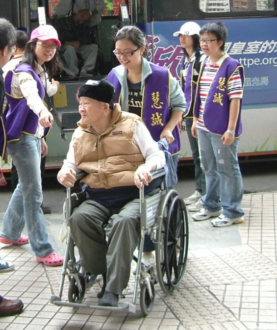 Student volunteers bringing out the elderly for an excursion³ªøªÌ¥X¹C.JPG