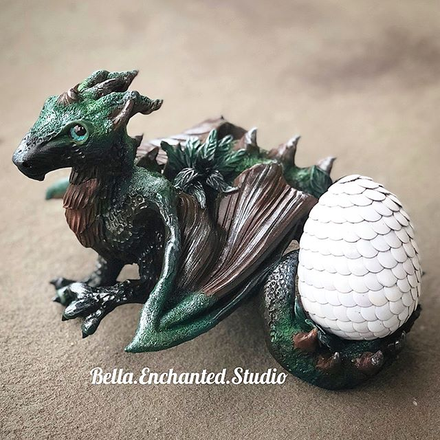 Erywode- A custom dragon egg holder (morning mist egg by _amotherofdragoneggs) for _cakeohnishimura.