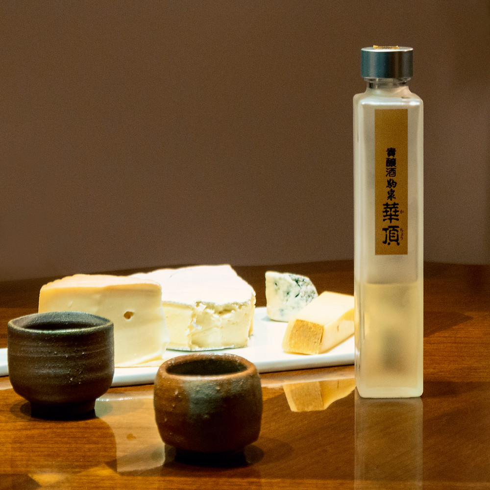 The Kijoshu Komaizumi Kachô (貴醸酒 駒泉 華頂) is a sake brewed by replacing a part of the water with Junmai Ginjo in the Moromi (mash). It is a process based on the Shiori method popular with the nobles of the Heian period (entre 794 et 1185 AD).