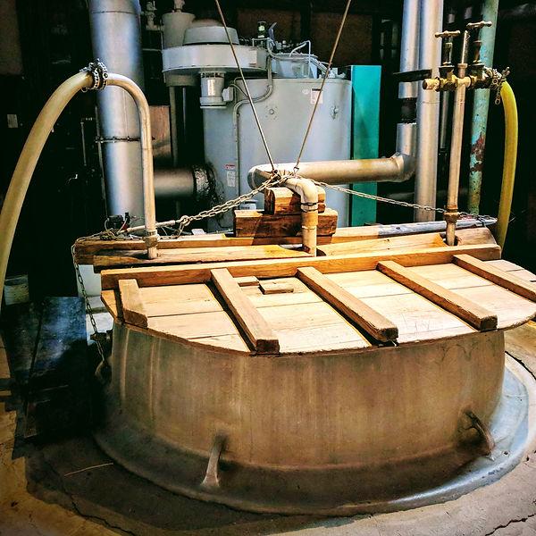 Pasteurisation du saké, sake pasteurization, le saké circule pendant un bref instant à travers un serpentin baignant dans une cuve d'eau chaude. Monsieur saké, importation privée de saké, Niigata saké, Japanese sake making.