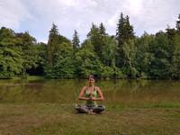 Janina Pinske Yoga Mediation im Park Schlosspark Saalburg Ebersdorf