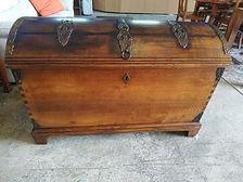 aúl antiguo de roble 125 x 65 cm. 80 cm. Alto 395€ Antique oak trunk 125 x 65 cm. 80 cm. High 395€