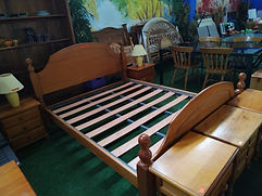 Cama 150 x 190 cm. 95€ (colchón no incluido) Pine bed 150 x 190 cm. 95€ (without mattress)