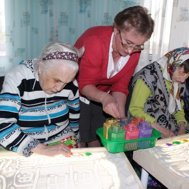 pensioneram_pomogali_risovat_schaste_edi