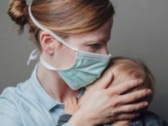 Puis-je toucher mon nouveau-né et le prendre dans mes bras si j'ai la COVID-19 ?