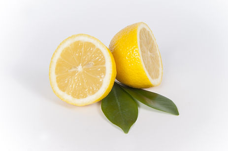 un citron coupé en deux avec les feuilles