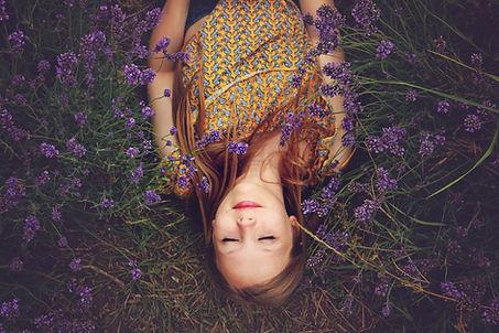fille allongée dans un champs de lavande