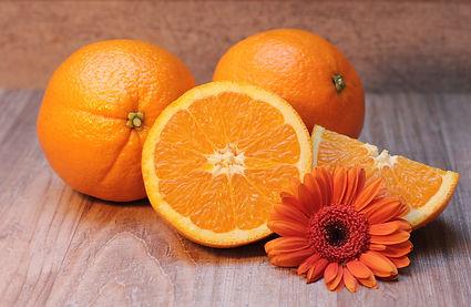 oranges entières et ouranges coupées avec fleur