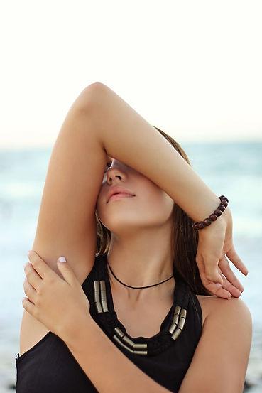 Aisselle de femme avec bras levé. Déo naturel maison