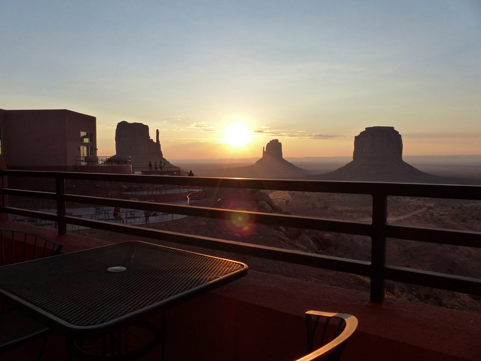 Monument Valley sunrise the view hotel balcon