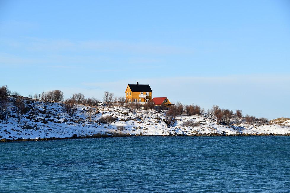 Norvège - Kvaløya - Sommarøy - maison jaune