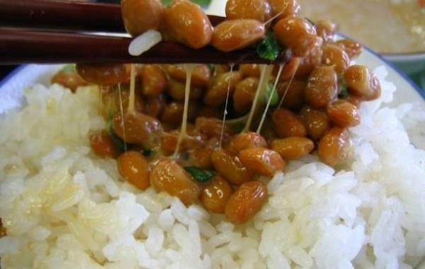 根據日本岐阜大學的最新研究,定期食用納豆可減少32%的中風死亡率。(圖擷自Wikimedia)