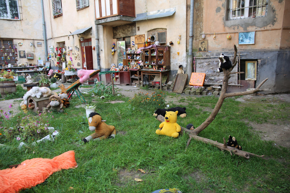 Yard of Lost Toys - installation