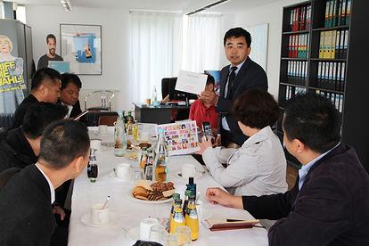 Fespa: Chinesicher Druckverband zu Besuch in einer Siebdruckerei ; Pawellek Siebdruck GmbH