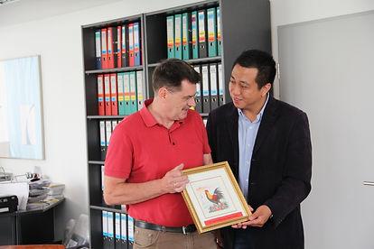 Fespa: Geschenkübergabe vom Vorsitzenden des chinesischen Druckverbandes