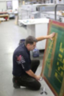 Siebdruck, Abkleben eines Siebes um undichte Stellen zu überkleben und später ein reines Druckbild zu haben