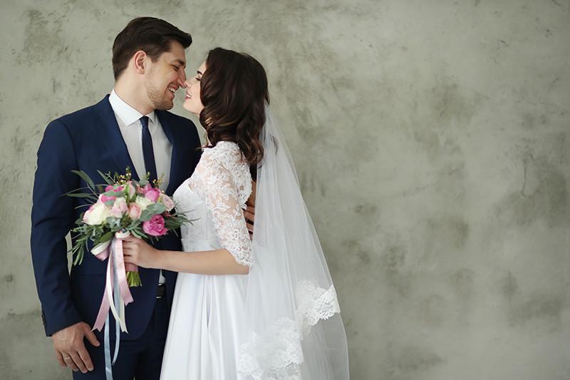 noivos sorrindo um para o outro após cerimônia de casamento